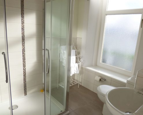 r4-double-shower-en-suite